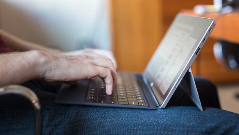 שימוש במחשב נייד על הברכיים עלול להזיק לפוריות הגבר